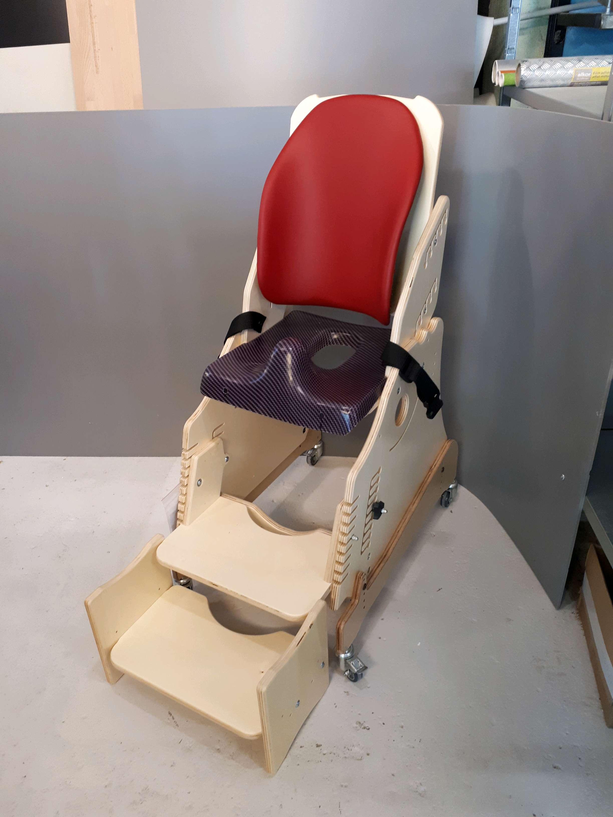 le siege wc hugo de becky 9 ans gabamousse mobilier adapt pour enfants handicap s. Black Bedroom Furniture Sets. Home Design Ideas